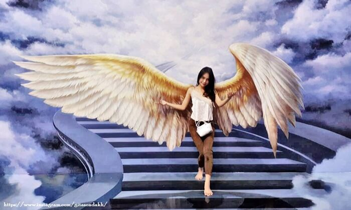 Efek bersayap yang diberikan oleh lukisan 3D di Amazing Art World Bandung ini terasa sungguh nyata.