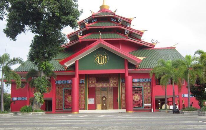 Masjid tempat wisata Tretes ini dibangun dengan arsitektur perpaduan unsur budaya China, Budaya Jawa dan tentu saja dengan Budaya Islam