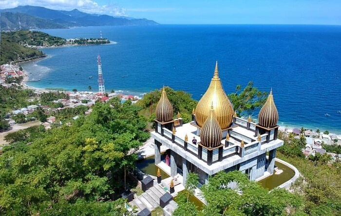 Salah satu daya tarik masjid tempat wisata Gorontalo ini adalah bentuk kubahnya yang terinpirasi dari walimah