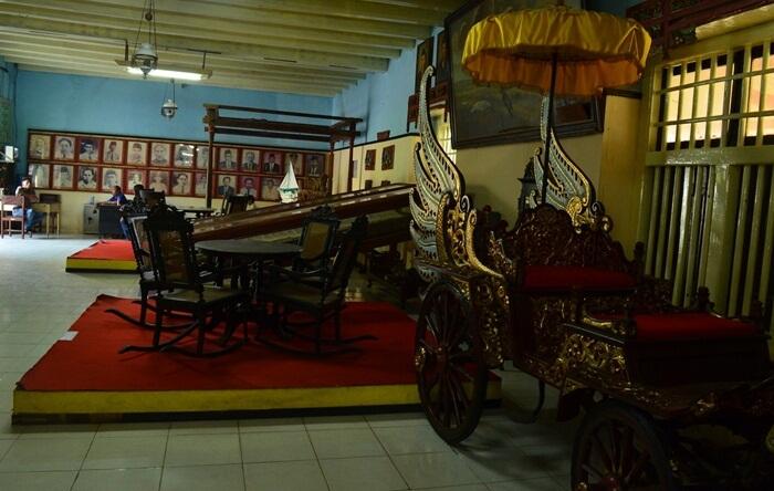 Museum tempat wisata Sumenep ini menyimpan beragam peninggalan sejarah dari Keraton Sumenep di mana sebagian besar merupakan peninggalan bangsawan Sumenep.