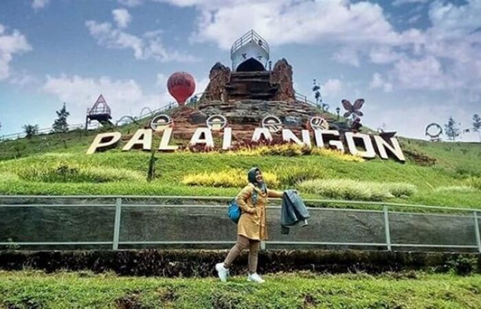 Wisata alam Palalangon Park menghadirkan wisata spot foto di tengah alam. Di sini, disediakan berbagai spot foto menarik yang siap dijadikan objek foto pengunjung.