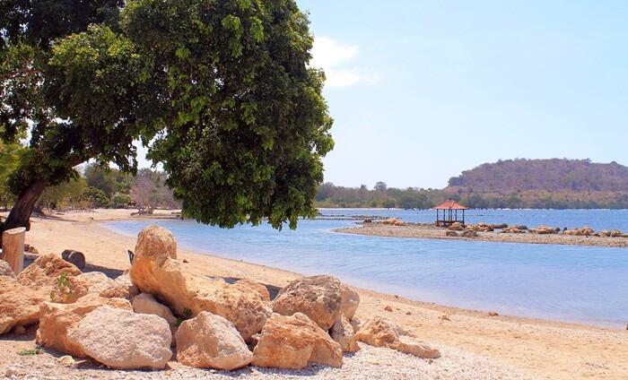 Seperti umumnya Pantai di Sumbawa, tempat wisata Sumbawa ini juga berpasir putih, jernih air lautnya dan mempunya batu-batu besar yang tersusun rapi