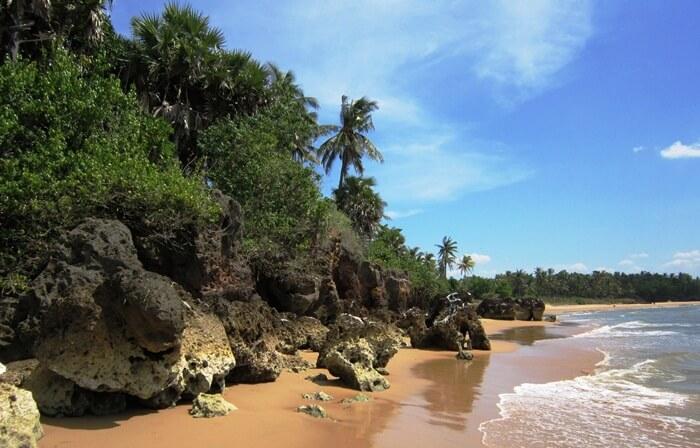 Pantai tempat wisata Sumenep ini memiliki hamparan air dan pasir yang sangat luas. Masyarakat menyebutnya dengan Pantai Ambunten. Pantai indah ini belum terjamah oleh masyarakat luas.