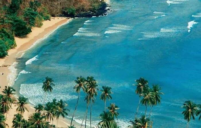 Pengunjung tempat wisata GOrontalo ini biasa mandi di pantai. Ada pula yang hanya datang menikmati keindahan pulau-pulau yang terbentang di depan Pantai Dunu.