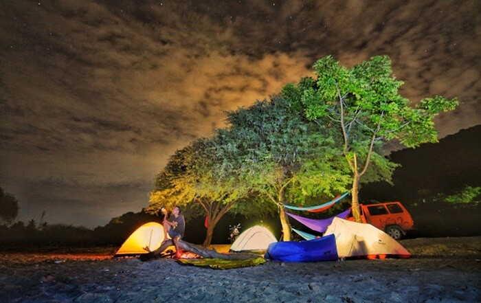 Debur ombak yang lembut di tempat wisata Gorontalo ini berpadu dengan gradasi rona air laut sangat memanjakan mata.
