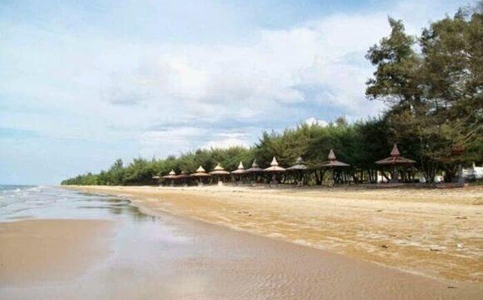 Kegiatan favorit pengunjung pantai tempat wisata Sumenep ini adalah bermain air disepanjang Pantai.