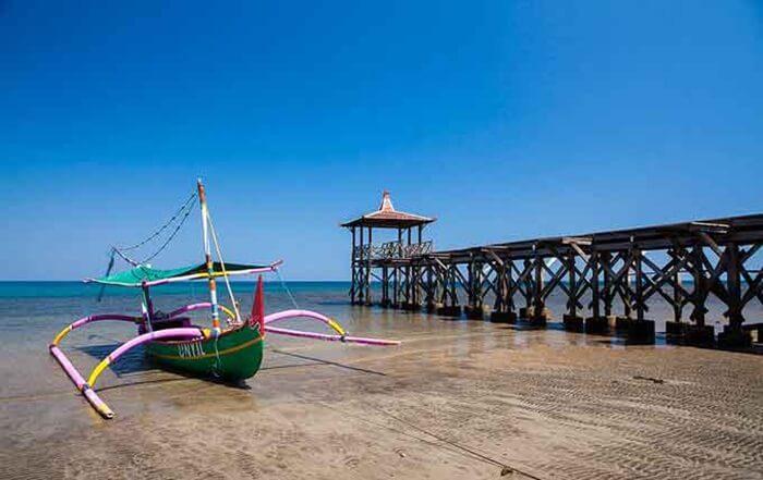 Pantai Pasir Putih Situbondo merupakan sebuah pantai tempat wisata Situbondo yang terletak di Selat Madura. Pantai ini memiliki pasir putih bersih yang membentang di sepanjang bibir pantai