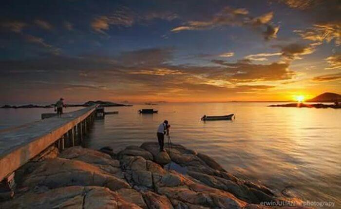 Pantai Batu Burung, pantai tempat wisata Singkawang ini terletak di sedau Singkawang selatan.