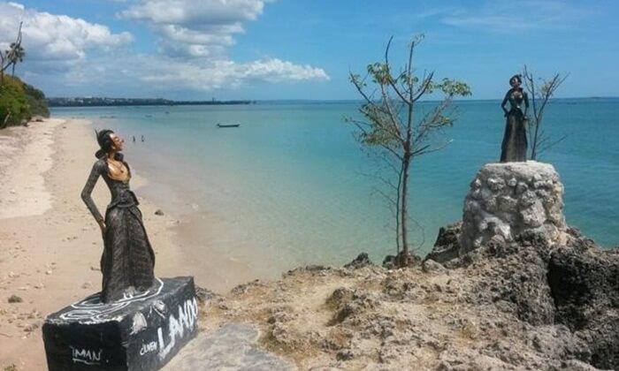 Pada salah satu bagian pantai indah tempat wisata Kupang ini terdapat banyak pohon Lontar yang menambah keindahan pantai ini.