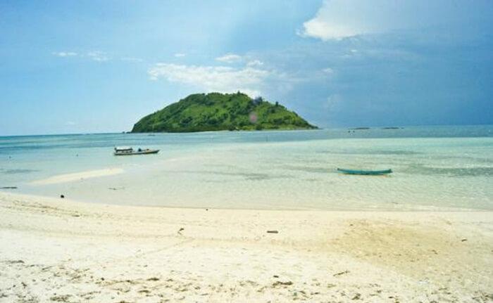Keindahan pantai tempat wisata Sumbawa ini langsung terpampang nyata tanpa harus menyusuri garis pantainya yang panjang
