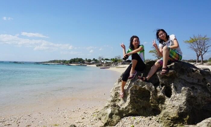 Pantai tempat wisata kupang ini dinamakan sebagai Ketapang karena tepat di tengah karang yang ada di lokasi pantai ini terdapat pohon Ketapang yang biasanya dimanfaatkan sebagai tempat berteduh