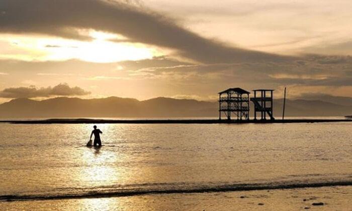 Pantai tempat wisata Sumbawa ini memiliki ombak kidal-nya. Istilah ombak kidal karena memiliki arah ombak sapuan ke kiri bukan ke kanan sebagaimana umumnya pantai lainnya.