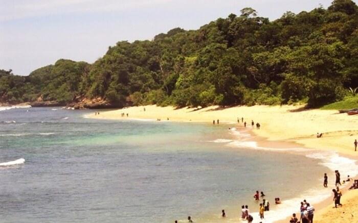Pantai Pasir Panjang Singkawang ini memiliki hamparan pasir yang membentang luas dan juga sangat bersih. Ini memebuat pantai tempat wisata Singkawang ini sangat direkomendasikan untuk menjadi tempat berlibur keluarga.