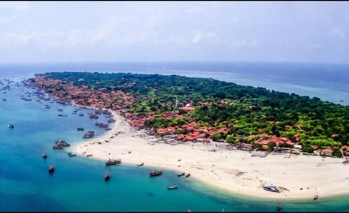Tempat wisata Sumenep Gili Iyang punya daya pikat sebagai wisata kesehatan. Pasalnya, pulau tersebut terkenal dengan kadar oksigen tertinggi di dunia, yakni 21,5 persen.