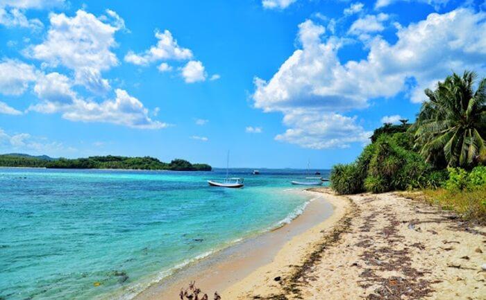 Luas pulau tempat wisata Sumenep ini tidak terlalu besar dan tidak terlalu kecil dan dikelilingi oleh pasir putih.