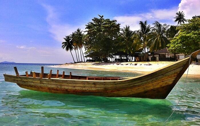 Pantai di pulau tempat wisata Singkawang ini memiliki pasir berwarna putih yang menambah keindahan di pulau ini
