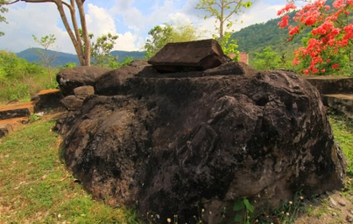 Di lokasi pertama tempat wisata Sumbawa jenis Sejarah budaya ini, terdapat Sarkofagus lengkap dengan penutup atasnya