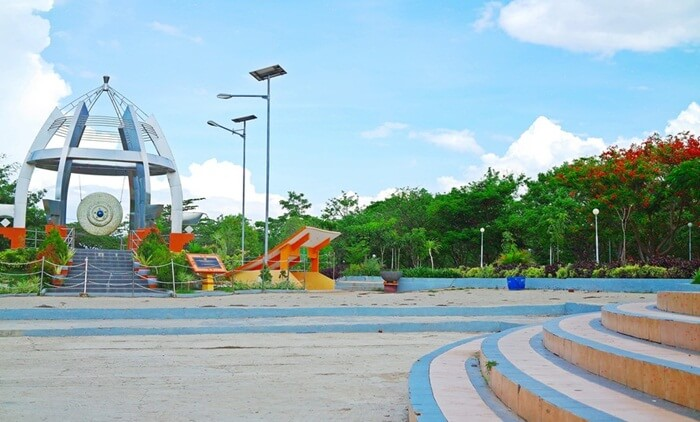 Taman tempat wisata Kupang ini dihiasi oleh pepohonan dan tanaman rindang di setiap sudutnya. Seperti tanaman Bunga Bougenvile dan Flamboyan,