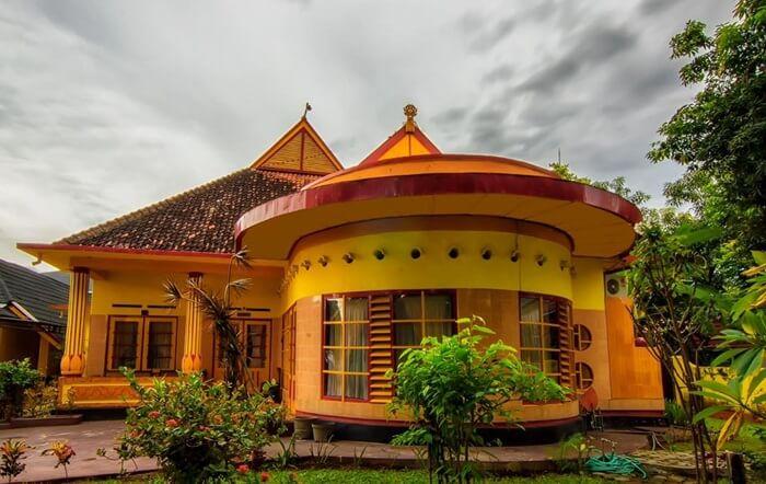 Di tempat wisata Sumbawa Bala Kuning tersimpan berbagai benda peninggalan warisan kekayaan Kesulatanan Sumbawa.