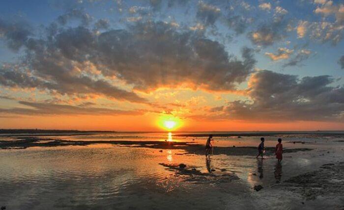 Bila datang di pantai tempat wisata Kupang ini, pengunjung bisa menyaksikan di sepanjang pinggir pantai banyak terdapat pohon tinggi yang makin mempercantik pemandangan Pantai Lasiana