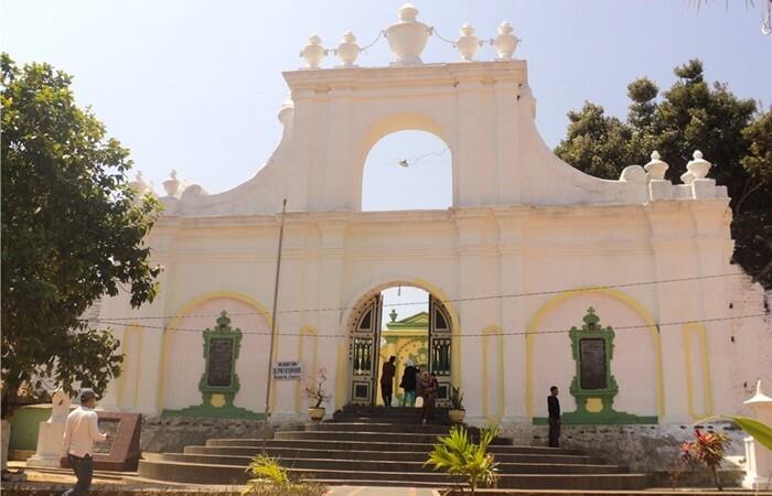 Tempat wisata Sumenep banyak berupa warisan sejarah, seperti Istana dan masjid Jami menjadi justifikasi atas hipothesa itu.