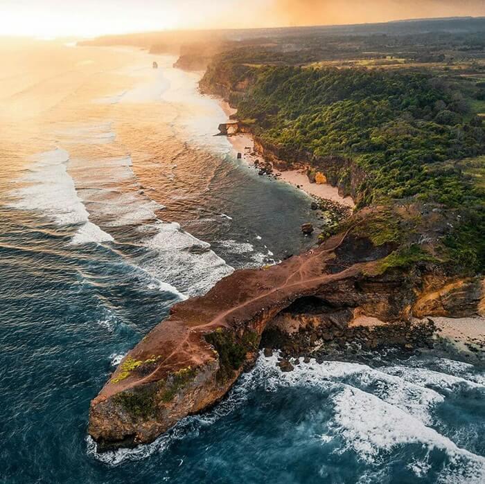 foto udara dari pantai mbawana
