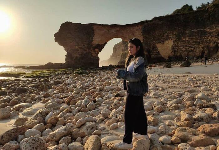 keberadaan batu berlubang laksana gapura pantai adalah ciri unik dari pantai MBawana ini