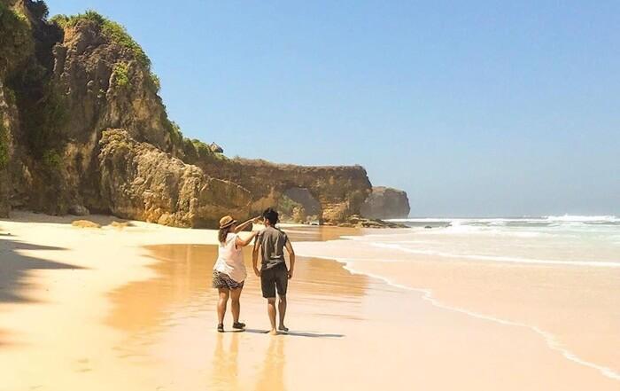 Pantai Mbawana memilki bentangan pasir pantai putih yang bersih dan landai