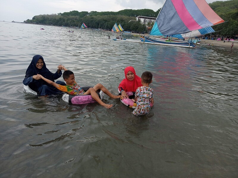 Keseruan Bermain Air Di Pantai Pasir Putih Situbondo