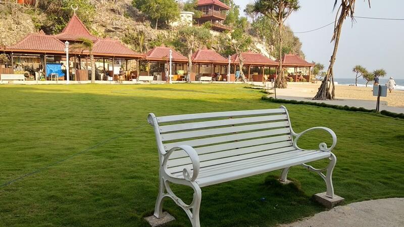 Dihiasi Taman Dengan Rumput Hijau