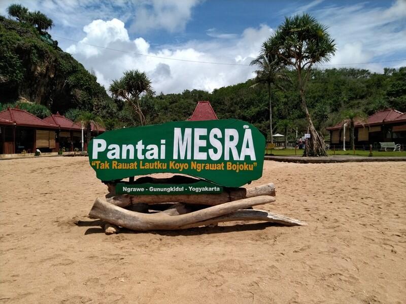 Landmark Pantai Ngrawe Atau Pantai Mesra