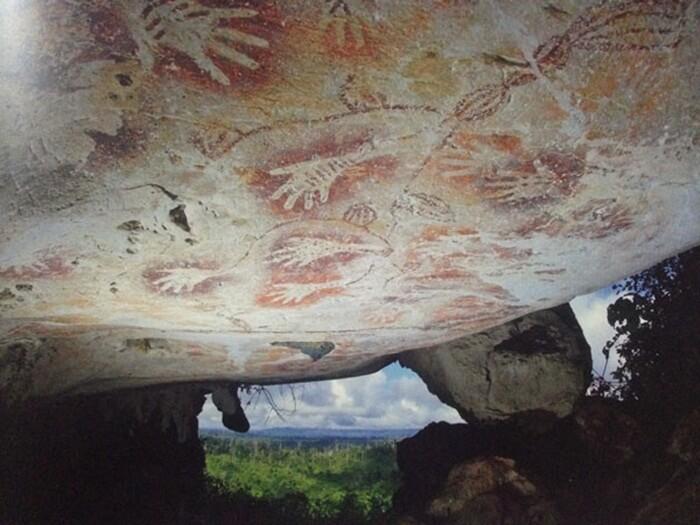Gua Telapak Tangan di dalam kompleks Karst Sangkulirang-Mangkalihat, memancarkan pesona Purba. Goa dengan lukisan telapak tangan peninggalan dari masa tahun 10.000 SM telah menjadi situs bersejarah yang popular di dunia Internasional.