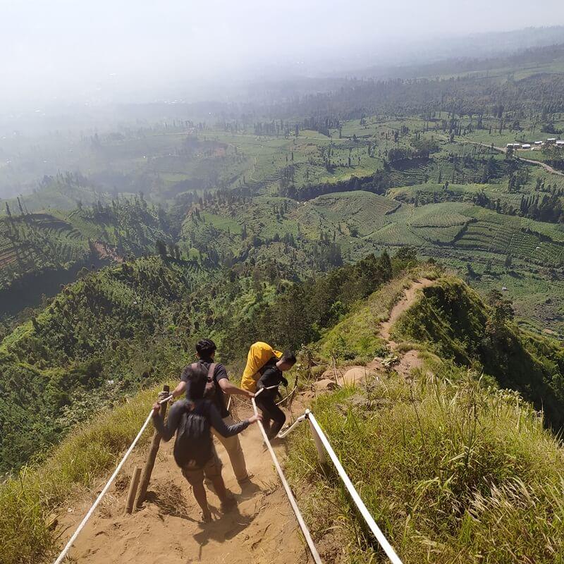 Jalur Trekking Menuju Puncak Bukit Sikendil