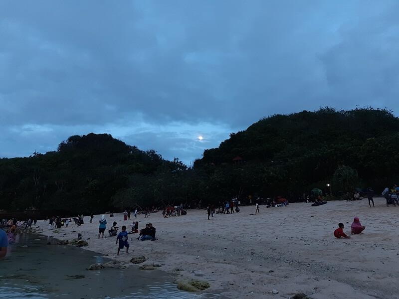Menghabiskan Waktu Di Pantai Teluk Asmoro