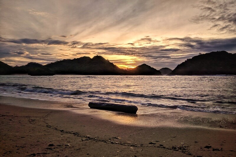Menikmati Sunset Di Pantai Teluk Asmoro