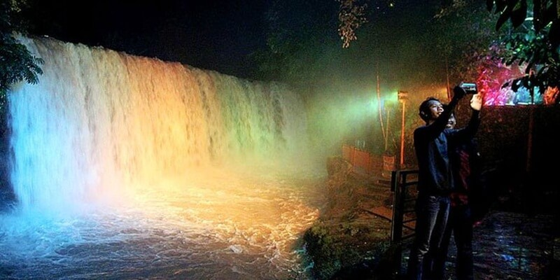 Keindahan Air Terjun Temam di Malam Hari