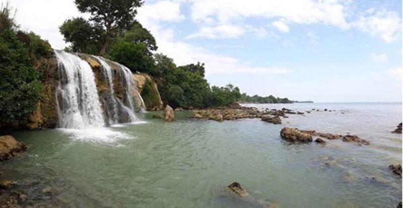 Pesona Keindahan Air Terjun Toroan Di Sisi Pantai Nepa
