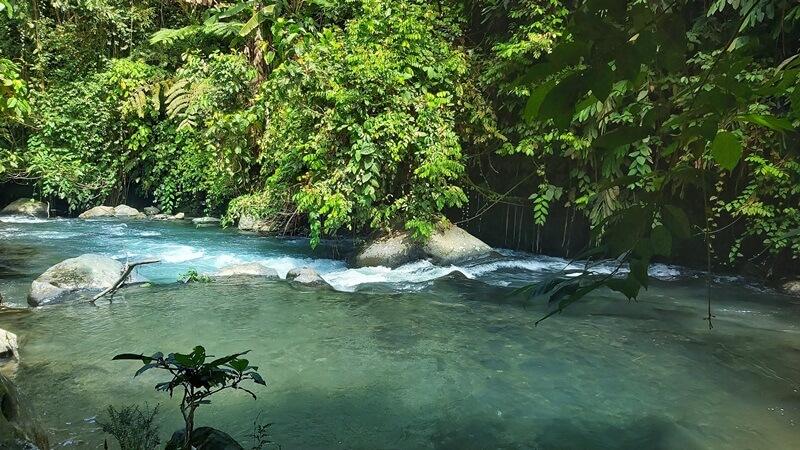 Trekking Melewati Sungai