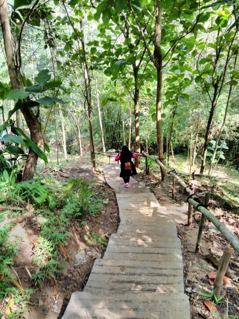 Trekking Menuju Curug Gending Asmoro