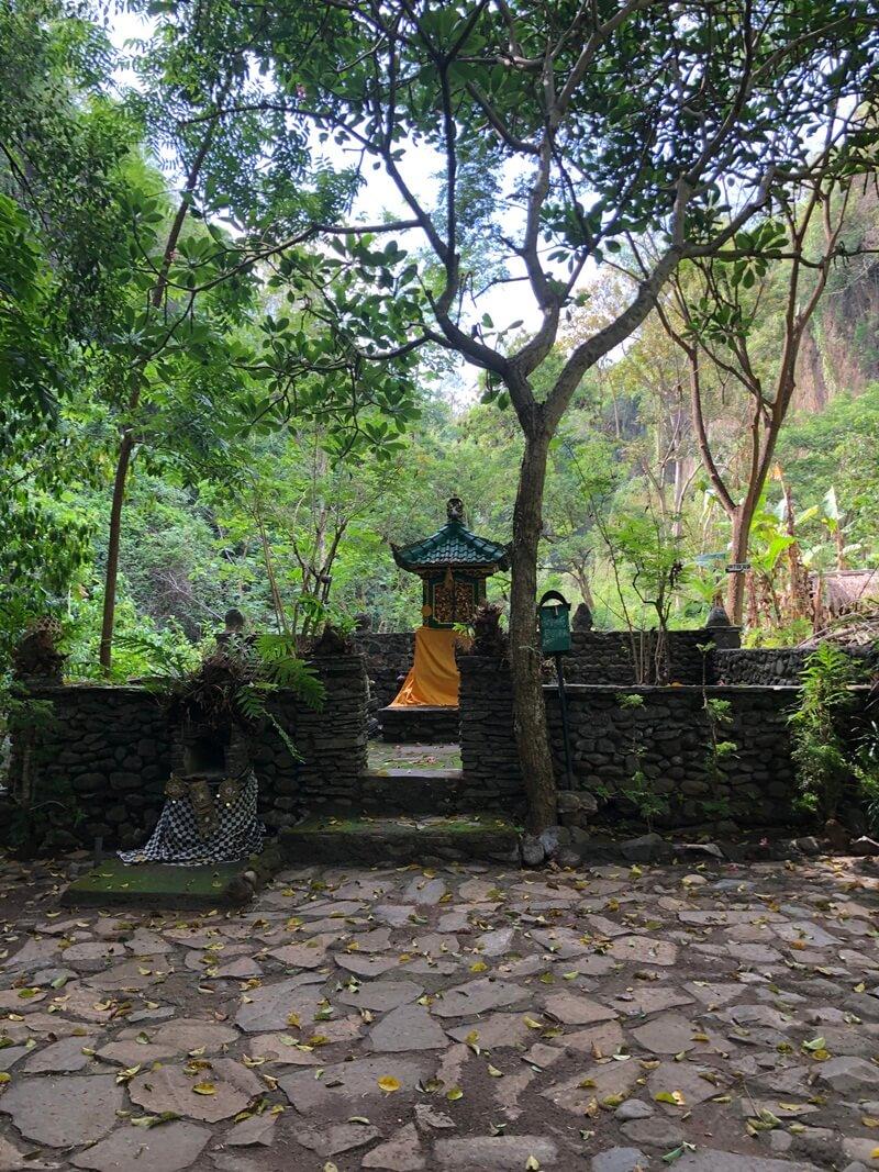 Pura Dekat Air Terjun Tembok Barak