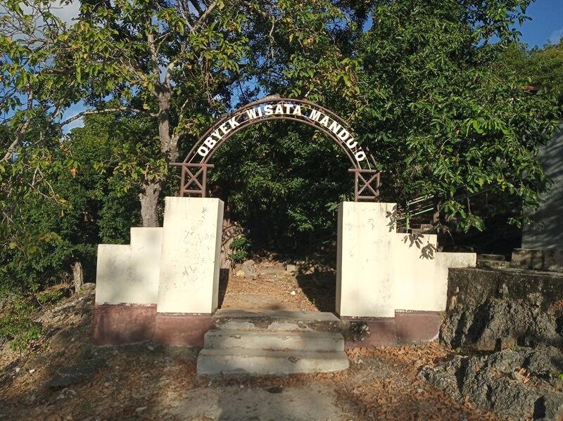gerbang menuju bukit mando'o