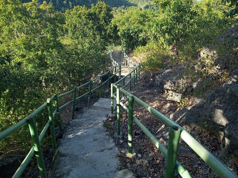 trekking menuju bukit mando'o