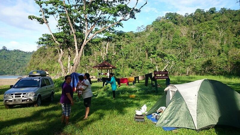 camping seru di sekitar pantai bandealit