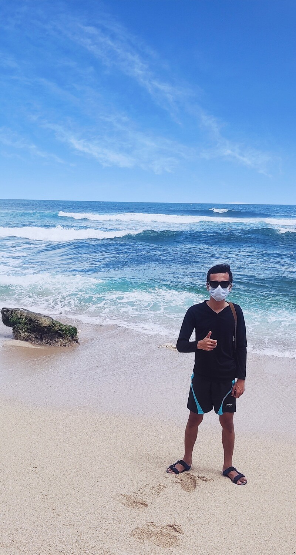 berfoto bersama pantai sanglen