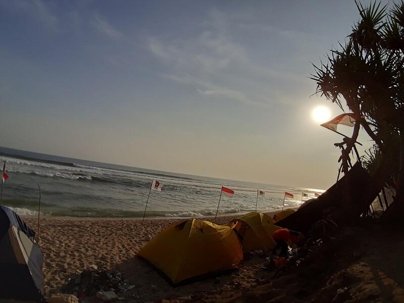 berkemah di pinggir pantai