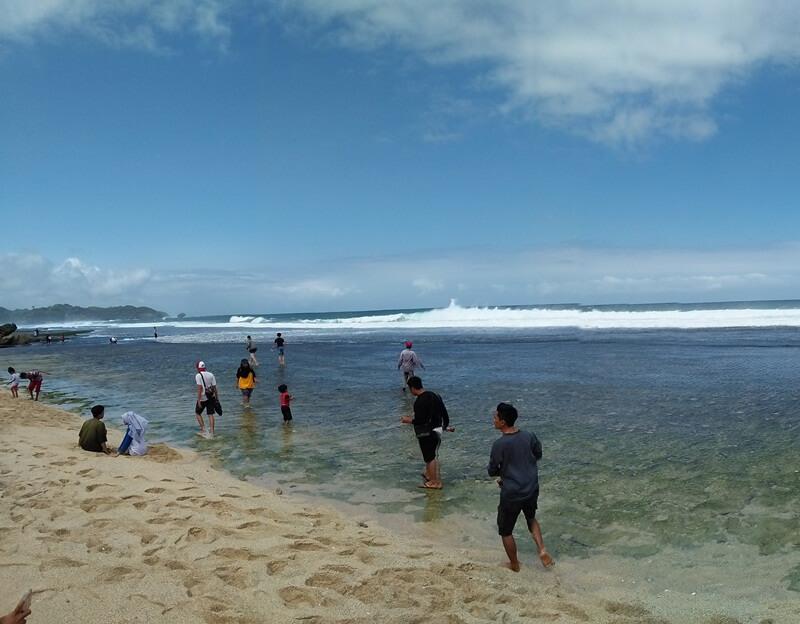 bermain air di pantai sanglen