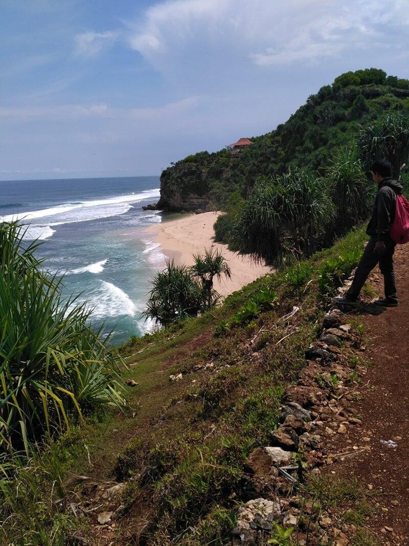 menikmati pantai dari atas bukit