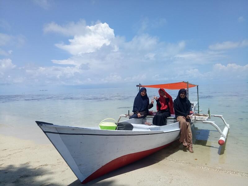 naik perahu ke pulau langkadea