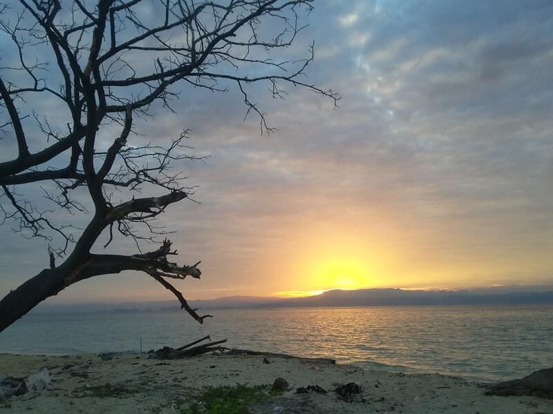 pesona mentari di pulau langkadea